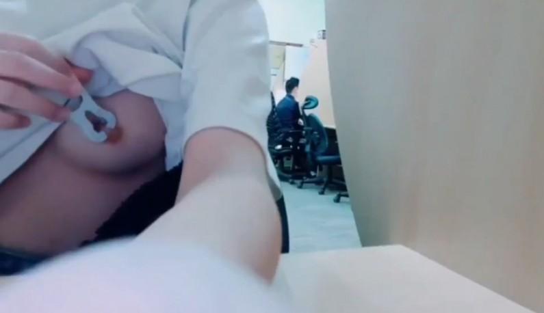 辦公室的性奴~聽從主人的只是直接拿夾子夾奶頭~