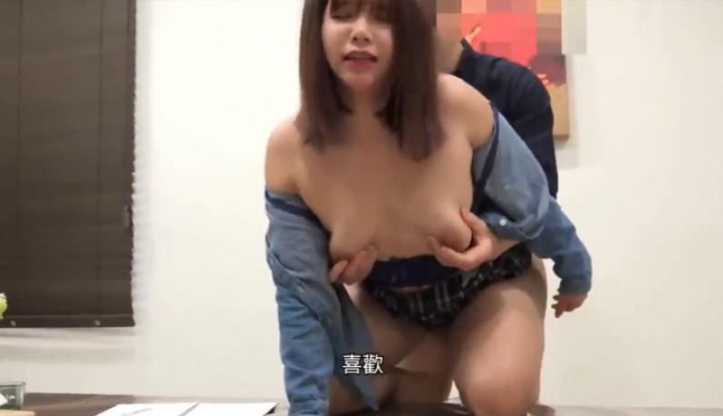 [台灣] 家教和學生在客廳撒嬌不想唸 卻意外被家人撞見之後直接就在客廳桌上開幹了起來再回到臥室繼續想要懷老師的小孩被灌精